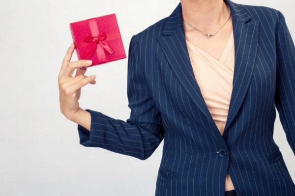 Quà tặng chia tay sếp nữ chuyển công tác, nghỉ hưu đẳng cấp độc đáo và ý nghĩa