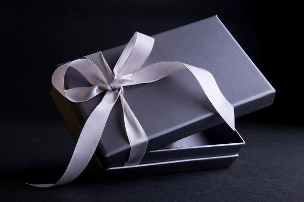 Cách tặng biếu quà sinh nhật cho sếp nam sang trọng và khéo léo