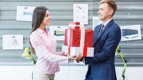 Tặng quà cho sếp nước ngoài, đối tác người nước ngoài thì nên tặng quà gì ?